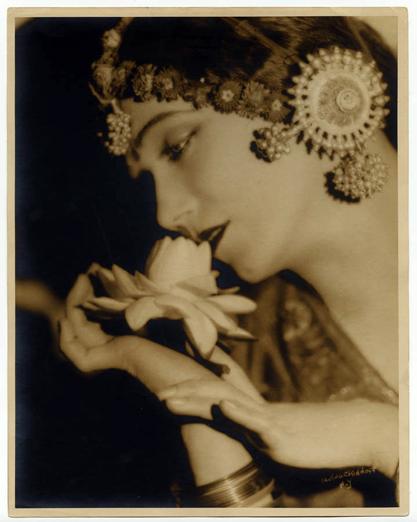 Gilda Gray in the Devil Dancer, with headpiece similar to Pogany's design.